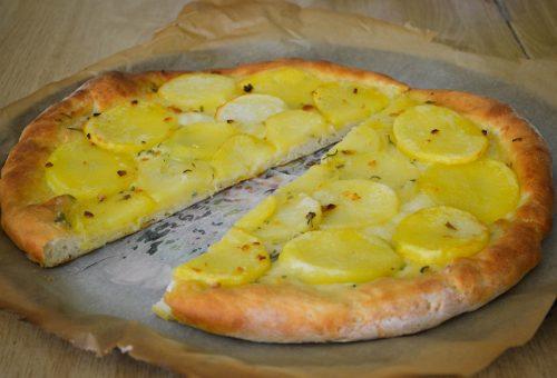 Mozarellás-krumplis házi pizza