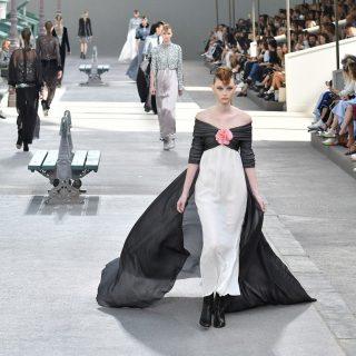 A sifon és a tweed különös találkozása a Chanel haute couture show-ján