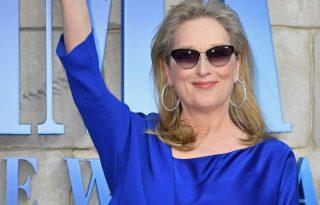 Meryl Streep csupakék szettben ragyogott a vörös szőnyegen– és még Chert is megcsókolta