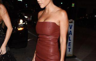 Kourtney Kardashian feszes bőrruhával emelte ki az alakját