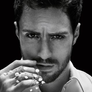 Szívdöglesztő brit színész a Givenchy új modellje