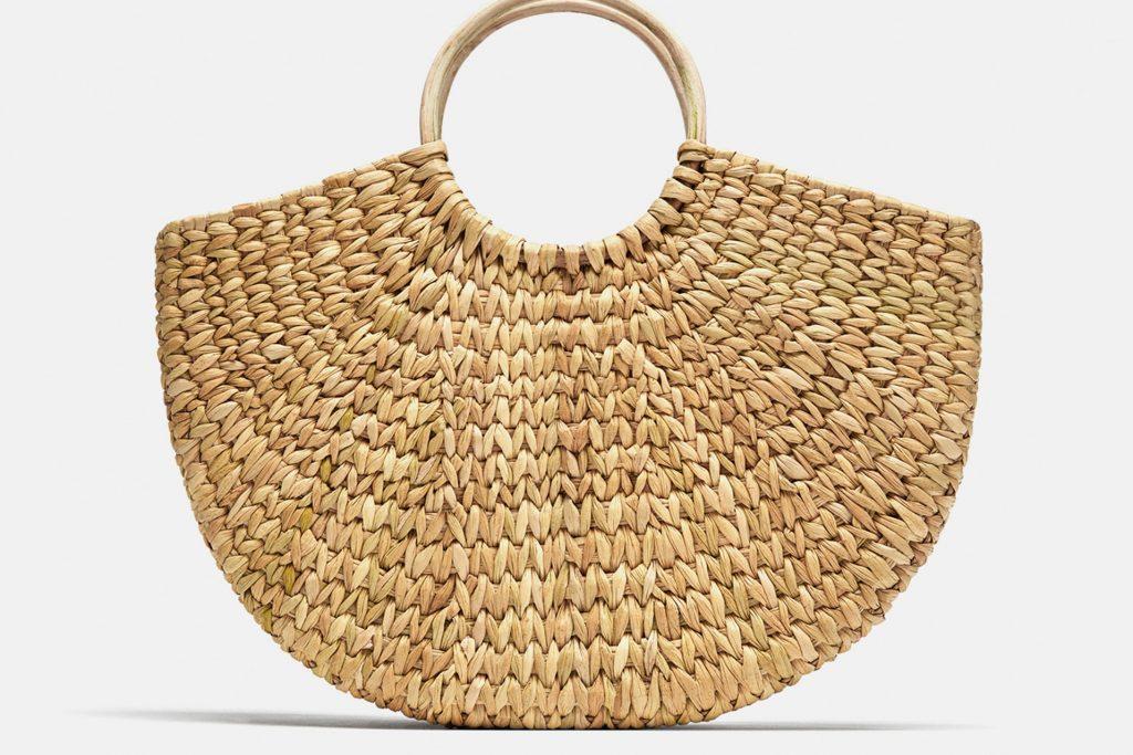 4e5b09ce3722 Ezekbe a szuper strandtáskákba nem csak a kedvenc magazinunk fér a naptej  mellé, hanem a törölközőnk, ruhák és még megannyi fontos dolog, amit egy  normál ...