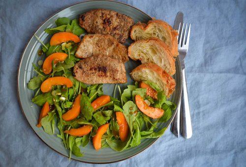 Karajszeletek frissítő kajszibarackos salátával