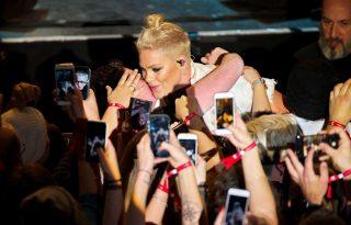 Pink megszakította koncertjét, hogy megölelje rajongóját