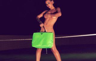 Iggy Azalea egy szál Prada táskában ünnepli új albumát