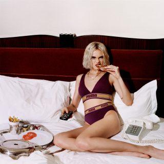 Cara Delevingne-nak még a szendvicsevés is jól áll a Puma új kampányában