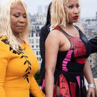 Nicki Minaj kéz a kézben vonult édesanyjával a New York Fashion Weeken