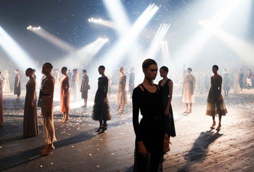 Elképesztő performansz keretében mutatta be új kollekcióját a Dior