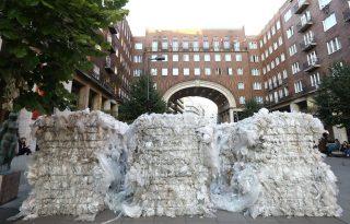 Szemétbála-installáció Budapesten