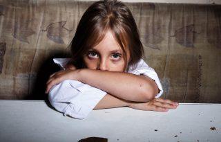 """""""Valami csattant, anya elesett"""" - Gyerekek a bántalmazó párkapcsolatban"""