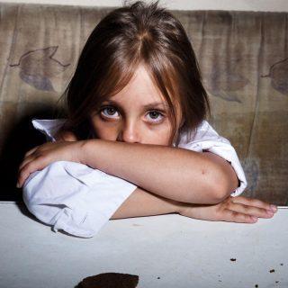 """""""Valami csattant, anya elesett"""" – Gyerekek a bántalmazó párkapcsolatban"""