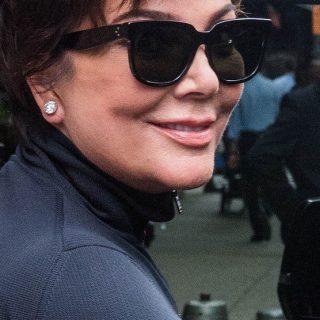 Kylie Jenner szerény ajándékot, egy vörös Ferrarit ajándékozott anyukája szülinapjára