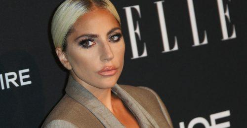 Oversize a köbön: Lady Gaga maxiöltönyben is nagyon szexi