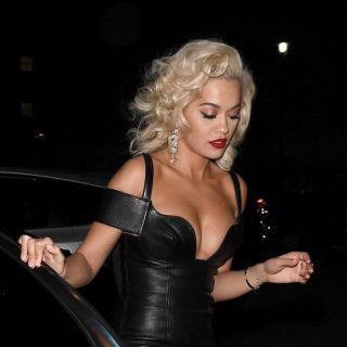 Rita Ora nem is választhatott volna ennél mélyebben dekoltált ruhát Halloweenre