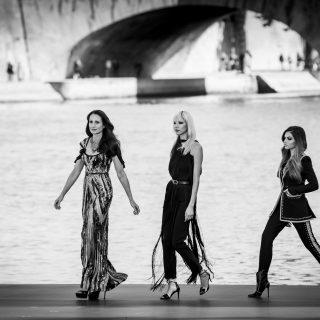 A Szajna folyón vonultak a modellek a L'Oréal Paris show-ján