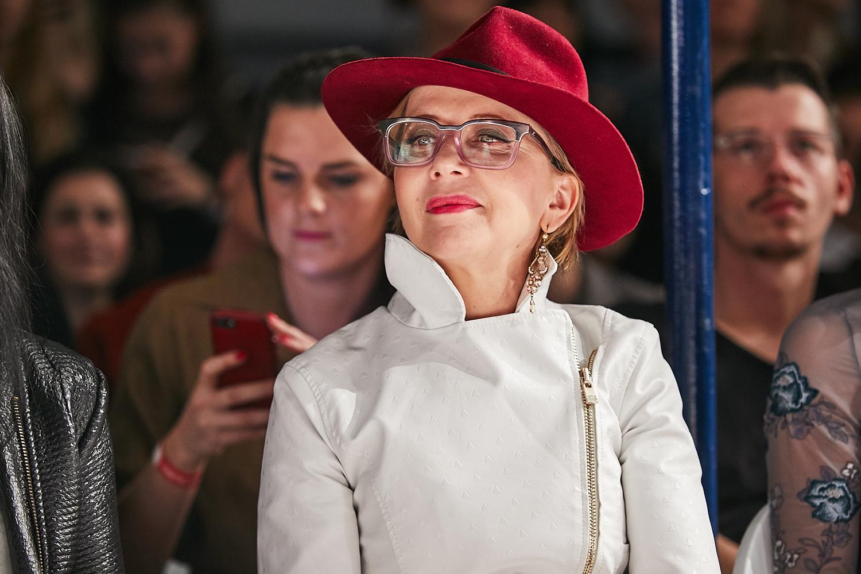 4. kép: Eszenyi Enikő extravagáns piros kalap-rúzs szettben
