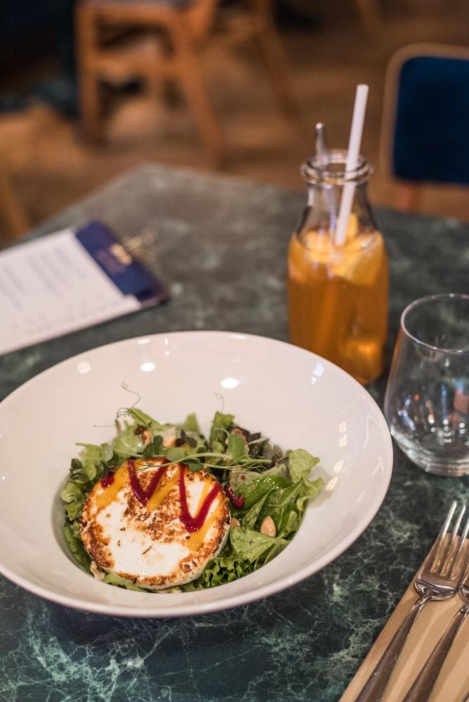 2. kép: Grillezett Manouri sajt (juh,kecske) organikus kerti saláta, magvak