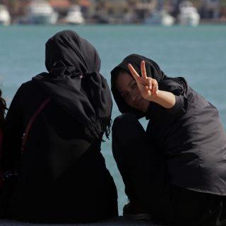 Nők fekete lepelben és miniszoknyában – élet a konfliktuszónákban