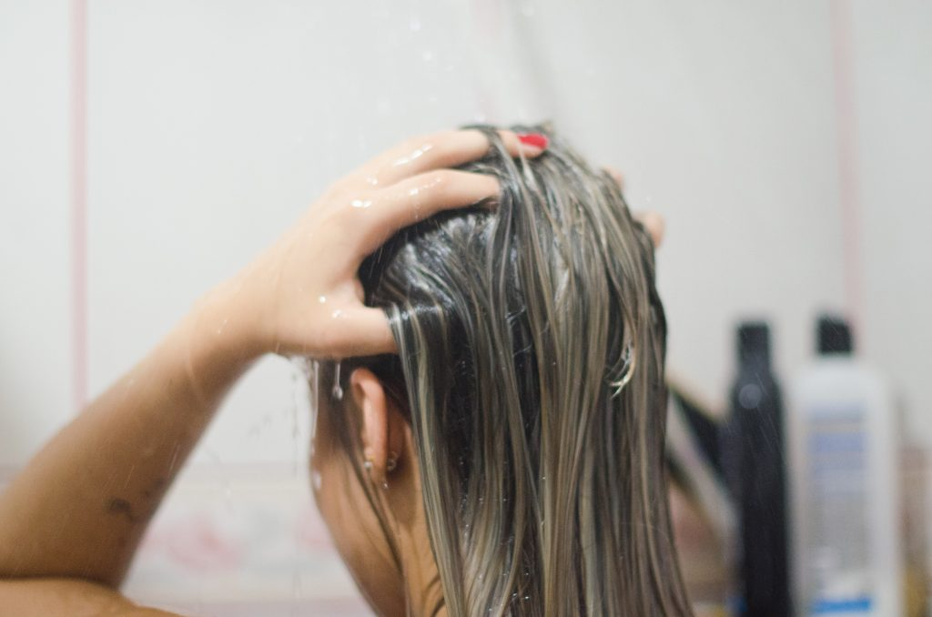 festett-haj-zuhanyozas
