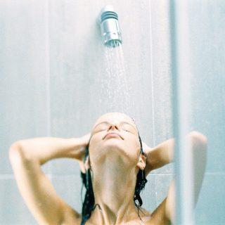 4 hiba, amit festett hajjal a zuhany alatt elkövethetsz