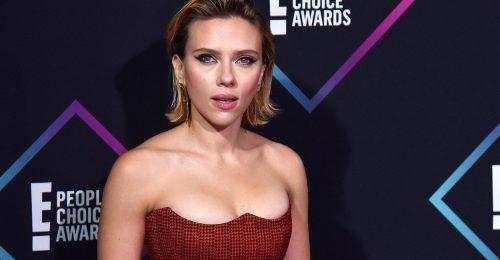 Scarlett Johansson érdekesen dekoltált outfitben