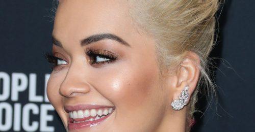 Rita Ora tépett hajjal a vörös szőnyegen