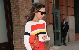 Victoria Beckham tökéletes tűzpiros outfitben