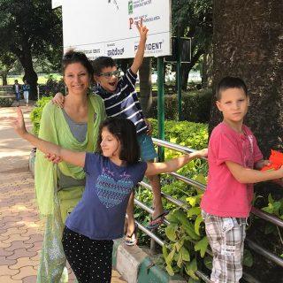 Karmaváltás: egyedül 3 gyerekkel és az autizmussal Indiában