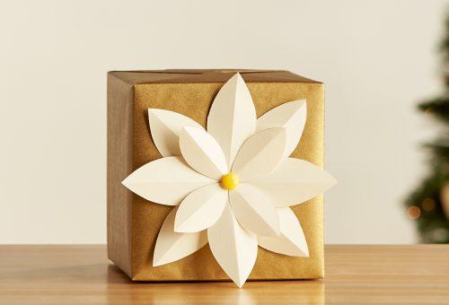 Mutatós karácsonyi ajándékcsomagolás virággal