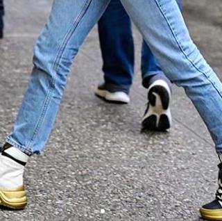 Sophie Turner extrém Louis Vuitton cipőben sétálgat