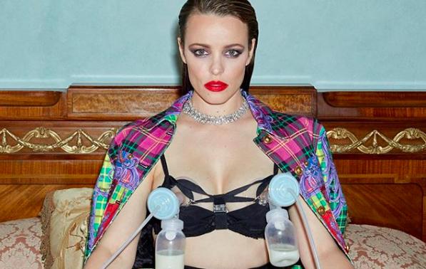 Rachel McAdams mellszívóval pózol Versace-ben