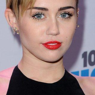 Miley Cyrus a pólóján szólt be a fegyverlobbinak