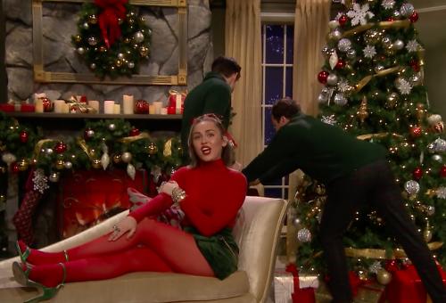 Miley Cyrus feminista himnuszt csinált a karácsonyi slágerből