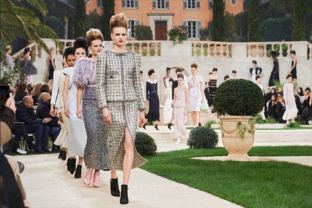 """72588deff2 Az 1950-es évek füstös Párizsa után a 18. század impozáns francia kertjeit  inspirálták ezúttal Karl Lagerfeldet, a divatház """"varázslóját""""."""