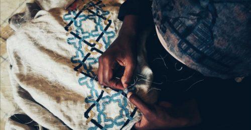Menekült kézművesek hímzik a legmenőbb sálakat