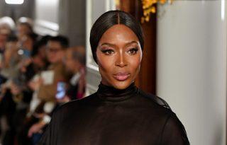 Naomi Campbell áttetsző ruhában tért vissza a kifutóra