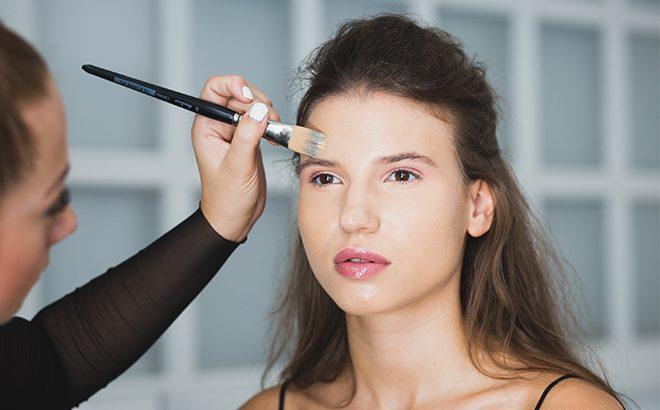 Minden, amit az olajos bőrre való sminkelésről tudnod kell