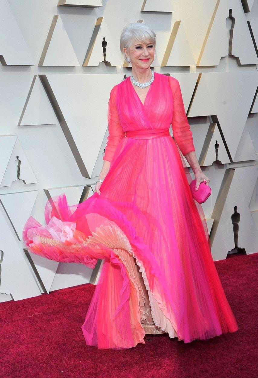 4. kép: Helen Mirren egy pink Schiaparelli ruhában