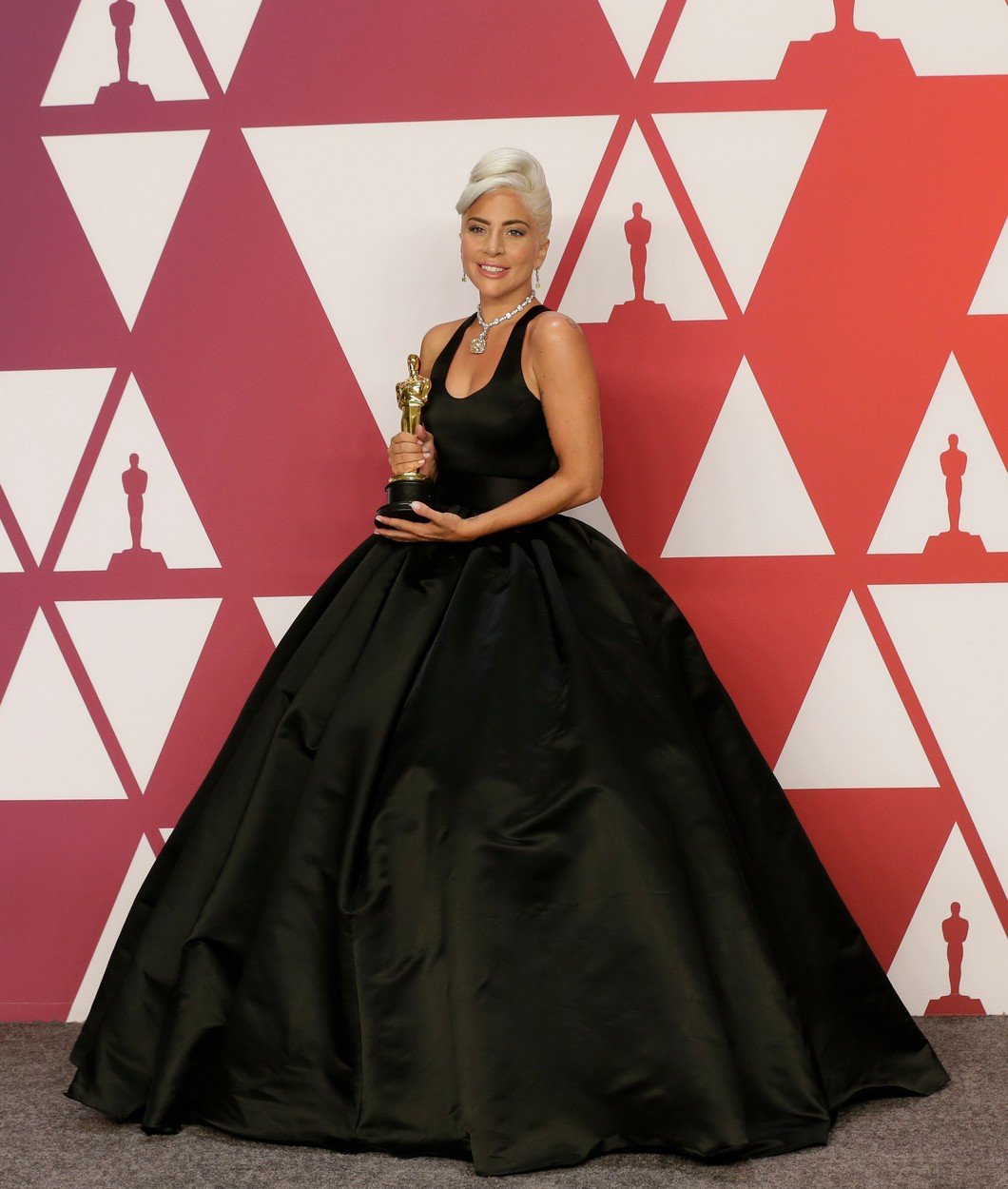 9. kép: Lady Gaga egy látványos Alexander McQueen ruhában vette át a szobrot