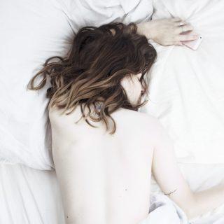 Tényleg káros vizes hajjal lefeküdni?