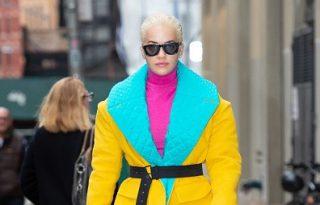 Rita Ora szettjénél színesebbet ritkán látunk