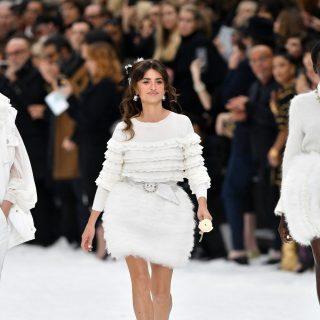 Penelope Cruz fehér rózsával emlékezett Karl Lagerfeldre