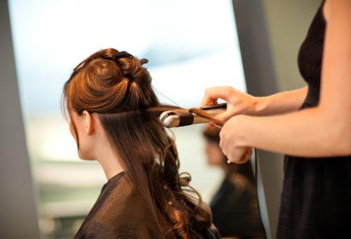 Így göndörítsd a hajad hajvasalóval