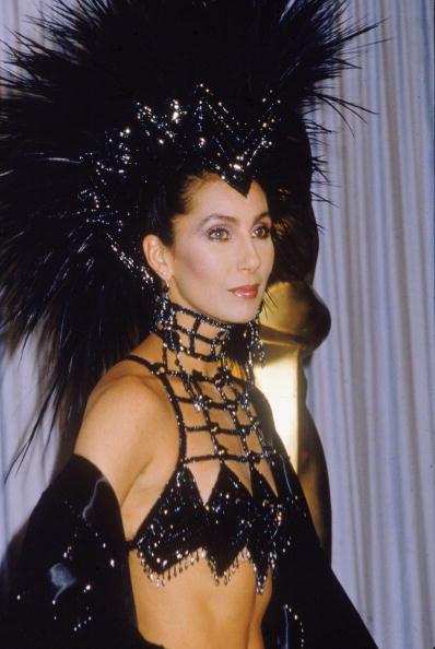 2. kép: Cher 1986-ban, az Academy Awards-on viselte ezt a látványos fekete ruhát, amelyhez tollas fejdísz is tartozott