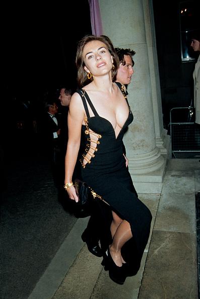 4. kép: Ugyan ki figyelt volna Hugh Grant-re, az est sztárjára, ha mellette Elizabeth Hurley ilyen látványos Versace-ruhában jelent meg 1994-ben?