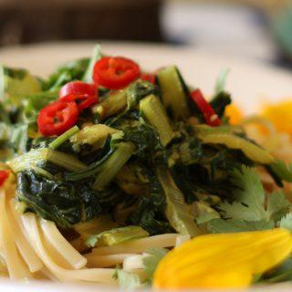 Nyugtató hatású kókusztejes-currys mángold
