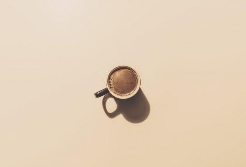 Cukor, kávé, tej: számít a sorrend a reggeli kávénál