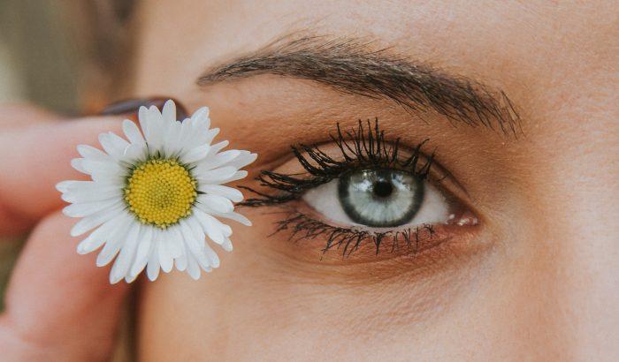 A szemöldök csípkedése helyettesíti a botoxot