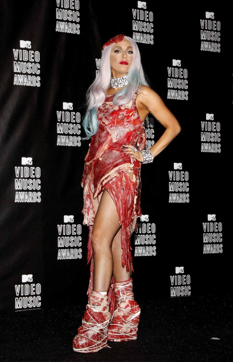 5. kép: Lady Gaga húsruháját azóta is emlegetjük: a stylistja ötlete volt, még a 2010-es MTV Music Awards közönségét (és mindenkit) botrankoztatta meg