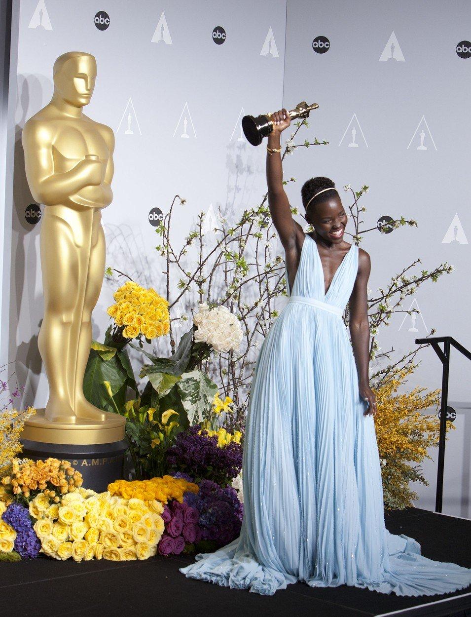 7. kép: Lupita Nyong'O Prada ruhában vonult be a történelembe a 2011-es Oscaron